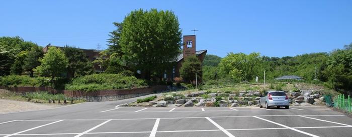 주차장 뒤로 정면에 100주년 기념성당과 왼쪽에 박 다미아노의 집이 보인다.