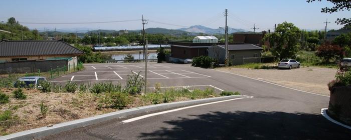 성당 입구에 넓은 주차장이 새로 조성되었다.