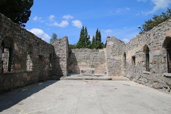 1955년 군부대의 지원을 받아 완공된 성당 내부. 1990년 방화로 인해 전소된 후 역사 보존 차원에서 보존하고 있다.
