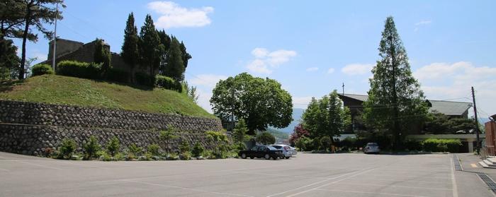 등록문화재로 지정된 옛 포천 성당과 새 성당 전경.
