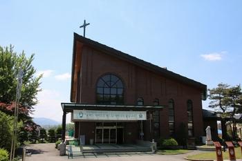 1990년 구 성당이 방화로 전소된 후 1992년 새로 신축하여 봉헌한 새 성당 외관.