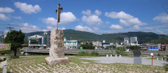 홍인 레오가 순교한 현 포천2교 인근 한내천변 모래사장 옆에 포천 성지가 조성되었다.
