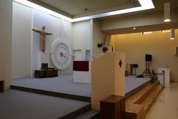 인천교구 50주년 기념 영성센터 건립으로 갑곶 성지에 새로 마련된 성당 제대.