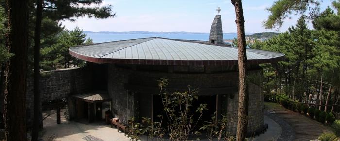 뒷산에서 바라본 승리의 성모 성당. 순례자가 많을 경우 뒷문을 열고 계단식으로 된 산등성이에도 앉아 미사를 봉헌한다.