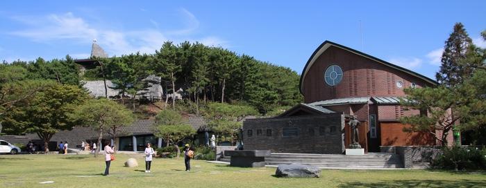 갈매못 순교성지 기념관 왼쪽 언덕 위에 승리의 성모 성당이 자리하고 있다.