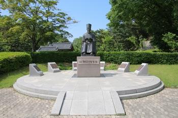 다산 정약용 선생 유적지 내 생가 여유당 앞 광장에 설치된 동상.