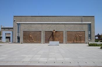 기념성당 옆에 조성된 야외성당 정면에는 순교자들의 부활을 주제로 한 대형 부조상이 설치되었다.