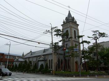칠사당과 객사문 인근에 위치한 임당동 성당. 고전미와 현대미가 조화를 이루는 건물로 2010년 등록문화재 제457호로 지정되었다.