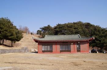 장무공 황형 장군 유적지의 황씨 문중 사당 재실. 이 재실 뒤편이 황사영의 생가터로 추정되는 곳이나 현재는 서울 아현 생가설이 학계에서 더 인정을 받고 있다.