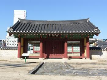 강원감영으로 들어가는 첫 번째 출입문루인 포정루와 중삼문과 연결되어 관찰사의 집무공간인 선화당으로 들어서는 내삼문.
