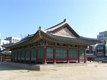 조선시대 강원도 관찰사의 집무실인 선화당. 1971년 포정루와 함께 강원도 유형문화재 제3호로 지정되었다.