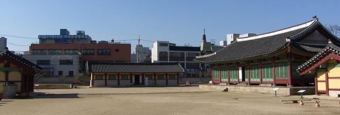 강원감영의 포정루에서 안쪽을 바라본 모습으로 왼쪽부터 내삼문, 행각(사료관), 선화당, 내아가 자리하고 있다.