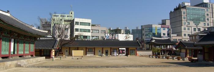 감원감영의 정문인 포정루를 바라본 모습으로 왼쪽부터 선화당, 내아, 행각(관리사), 포정루, 중삼문이 자리하고 있다.