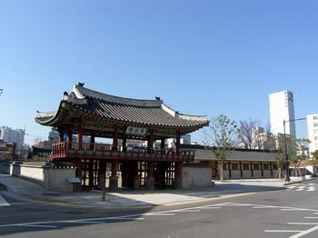 강원감영의 첫 번째 출입문루인 포정루. 1971년 강원도 유형문화재 제3호로 지정되었다.