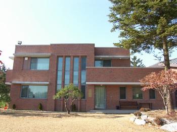 2008년 공소 설립 100주년을 기념하여 은인들의 도움으로 건립한 순교자 박 다미아노의 집(교육관 및 사제관).
