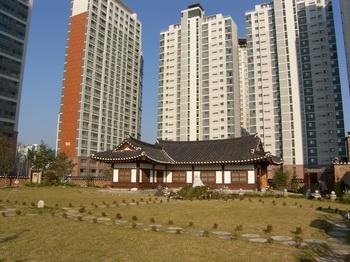 성지 주변 재개발로 인해 새로 단장한 성지 1층 모습으로 고층 아파트에 둘러싸여 있다.