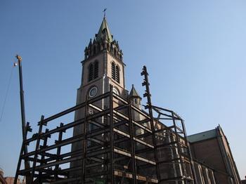 2008년 12월, 성당 정면 보수를 위해 2006년에 설치했던 철골구조물을 해체하는 모습.