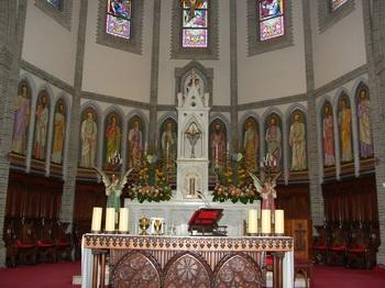 성당 제대와 그 뒤를 병풍처럼 둘러싸고 있는 열네 사도의 초상화 모습.