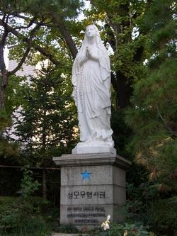 성당 뒷마당 성모동산에 설치된 한국교회의 수호자인 원죄 없이 잉태되신 복되신 동정 마리아상.