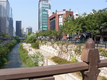 청계천 오른쪽 붉은 벽돌 건물 아래 인도에 한국 천주교회 창립 터 기념표석이 설치되었다.
