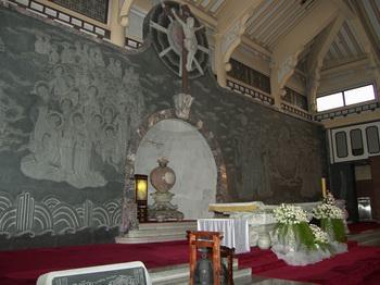 성당 제대와 한국 순교 성인들을 새긴 벽화 모습.