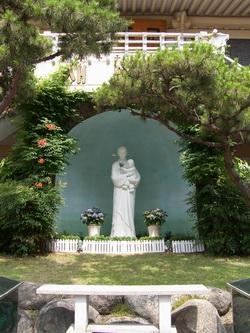 성당 앞마당의 성모자상.