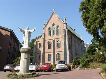 성심여고 내의 옛 용산 예수성심 신학교 성당 외부 모습.