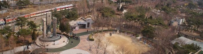 서소문 공원 인근 건물 옥상에서 바라본 순교자 현양탑 전경.
