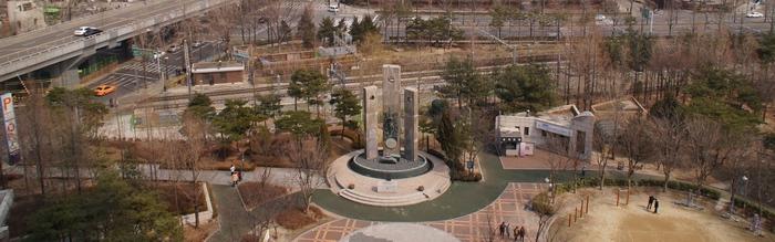 서소문 공원 내에 자리한 서소문 순교성지의 순교자 현양탑 전경.