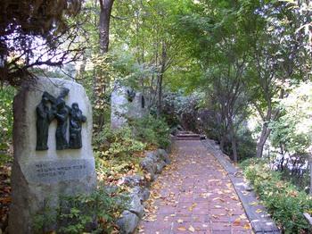중림동약현 성당 언덕에 설치된 십자가의 길.