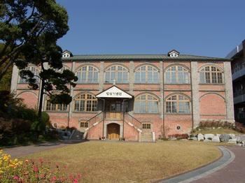 옛 용산 예수성심 신학교 모습. 현재는 성심 기념관으로 수녀회 사무실 등으로 이용하고 있다.