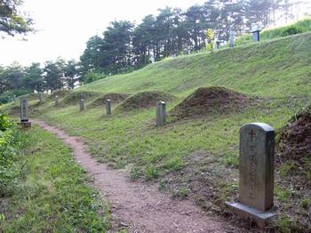 제2 줄무덤 전경.