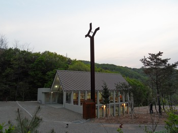성거산 성지가 있는 산 아래 건립된 성당. 2011년 5월 봉헌식을 가졌고, 성당 아래층은 수산나 피정의 집으로 사용하고 있다.