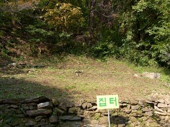 소학골 교우촌 터의 집터 모습.
