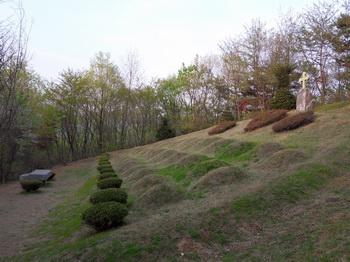 성거산 성지의 제2 줄무덤 전경.