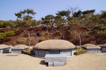 순교자 묘역 가운데 자리하고 있는 무명 순교자 묘.