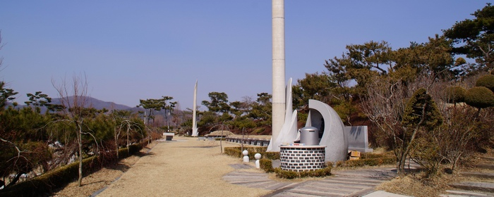 순교자 묘역에는 가운데 무명 순교자 묘를 중심으로 좌우에 25기의 병인박해 순교자 묘와 순교자 기념탑이 세워져 있다.