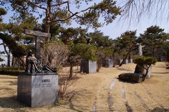순교자 묘역 위에 조성된 십자가의 길 가운데로 예수성심상이 보인다.