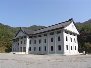 건물 공사를 마치고 2011년 축성식을 가진 천진암 박물관 외관.