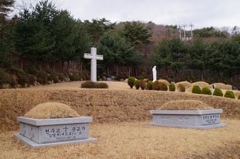 순교자 김영제 베드로(좌)와 누이동생 동정녀 김 아가타의 묘. 2008년 간월에 있던 김 아가타의 묘를 이곳으로 이장하였다.
