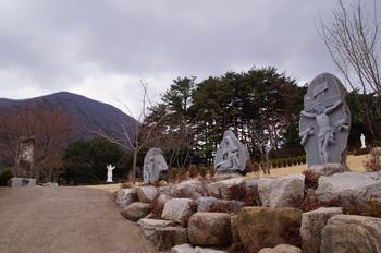 성지 주위를 둘러싼 십자가의 길을 지나 성지 입구에 들어서면 순교자 묘와 가족묘가 자리하고 있다.