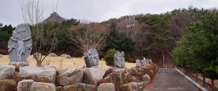 순교자 묘역과 가족 묘역을 둘러싸고 조성되어 있는 십자가의 길.