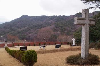 십자가 뒤에서 바라본 순교자 묘역 전경.