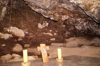 죽림굴 내부에는 처음 입구와는 달리 비교적 넓은 공간이 있다. 불편하지만 수십 명이 미사를 봉헌할 수 있는 규모이다.
