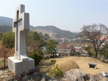 1997년 형제 순교자 묘소 뒤 바위 위에 건립한 십자가에서 본 묘역과 마을 모습.