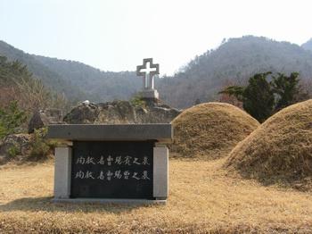 형제 순교자 조석빈과 조석증 묘와 제대를 겸한 묘비.