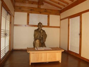 복원된 최양업 신부 성당 겸 사제관 터의 초가집 내부. 미사를 봉헌하는 최양업 신부 동상이 설치되어 있다.