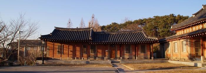 성당과 함께 1987년 사적 제318호로 지정된 사제관.