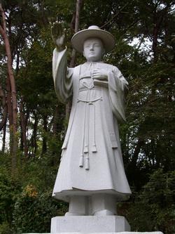 망금정과 순교기념탑으로 올라가는 길 초입의 성 김대건 안드레아 신부상.