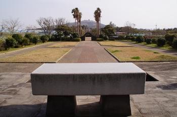 묘소 앞 야외제대에서 본 성지 전경. 잔디 광장 가장자리에는 십자가의 길 14처가 조성되어 있다.